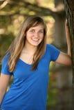 Muchacha adolescente por el árbol Fotos de archivo