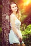 Muchacha adolescente por el árbol Foto de archivo libre de regalías