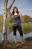 Muchacha adolescente por el árbol de abedul Fotos de archivo