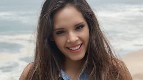 Muchacha adolescente por el océano Fotografía de archivo libre de regalías