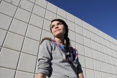 Muchacha adolescente por la pared industrial Fotos de archivo libres de regalías