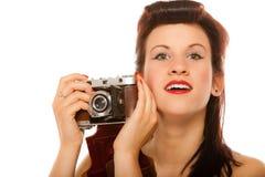 Muchacha adolescente preciosa con la cámara vieja Imagen de archivo