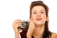 Muchacha adolescente preciosa con la cámara vieja Fotografía de archivo libre de regalías