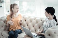 Muchacha adolescente preocupante que habla con el psicólogo de sexo femenino Fotografía de archivo libre de regalías