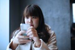 Muchacha adolescente presionada para leer mensajes Fotos de archivo libres de regalías