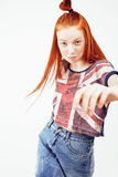 Muchacha adolescente principal bastante roja del inconformista de los jóvenes que plantea la sonrisa feliz emocional en el fondo  Imágenes de archivo libres de regalías
