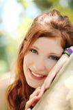 Muchacha adolescente principal roja sonriente del retrato al aire libre Imágenes de archivo libres de regalías