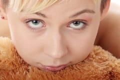 Muchacha adolescente punky con el peluche Imágenes de archivo libres de regalías