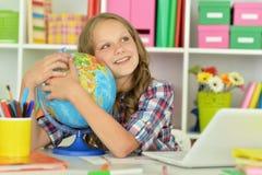 Muchacha adolescente que abraza el globo del mundo Fotos de archivo
