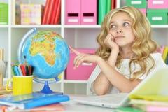 Muchacha adolescente que abraza el globo del mundo Imagenes de archivo