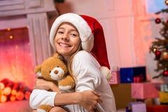 Muchacha adolescente que abraza el oso de peluche Imagen de archivo