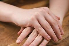 Muchacha adolescente que aplica la crema de la mano Fotografía de archivo libre de regalías
