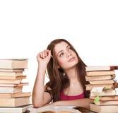 Muchacha adolescente que aprende en el escritorio, con la porción de libros Imágenes de archivo libres de regalías