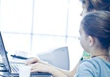 Muchacha adolescente que aprende los ordenadores Fotos de archivo libres de regalías