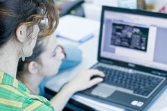 Muchacha adolescente que aprende los ordenadores imagenes de archivo
