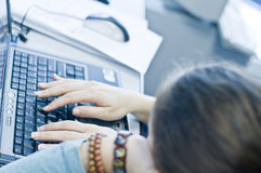 Muchacha adolescente que aprende los ordenadores fotografía de archivo
