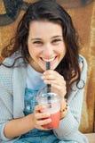 Muchacha adolescente que bebe un smoothie de la fruta Fotos de archivo