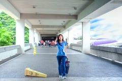Muchacha adolescente que camina con equipaje en el terminal de aeropuerto Imagen de archivo