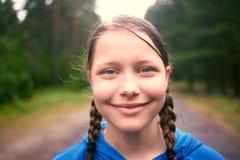 Muchacha adolescente que camina en el bosque Imágenes de archivo libres de regalías