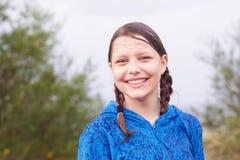 Muchacha adolescente que camina en el bosque Imagenes de archivo