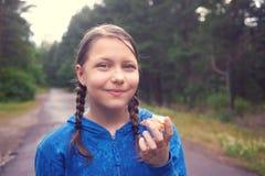 Muchacha adolescente que camina en el bosque en la lluvia Imagenes de archivo