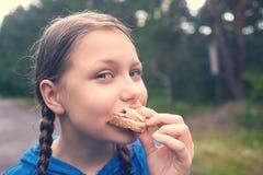 Muchacha adolescente que camina en el bosque en la lluvia Fotografía de archivo libre de regalías