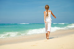 Muchacha adolescente que camina en la playa Foto de archivo libre de regalías