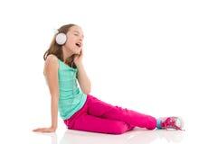 Muchacha adolescente que canta Imagenes de archivo