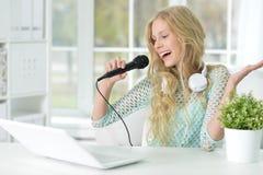 Muchacha adolescente que canta Foto de archivo libre de regalías