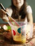 Muchacha adolescente que cocina la torta del plátano Imágenes de archivo libres de regalías