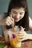 Muchacha adolescente que cocina la torta del plátano Foto de archivo