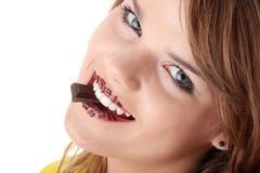 Muchacha adolescente que come el chocolate Imagen de archivo libre de regalías