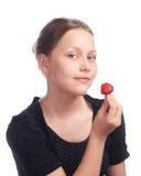Muchacha adolescente que come la fresa Imagen de archivo