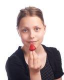 Muchacha adolescente que come la fresa Fotografía de archivo