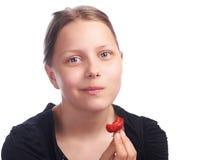 Muchacha adolescente que come la fresa Fotos de archivo