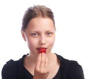 Muchacha adolescente que come la fresa Fotos de archivo libres de regalías