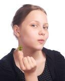 Muchacha adolescente que come la fresa Foto de archivo