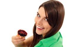 Muchacha adolescente que come la torta de la baya aislada en blanco Foto de archivo libre de regalías