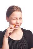 Muchacha adolescente que come la zanahoria Imagen de archivo
