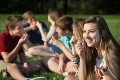 Muchacha adolescente que come las uvas Foto de archivo libre de regalías