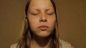 Muchacha adolescente que come un caramelo Primer 4K UHD almacen de video