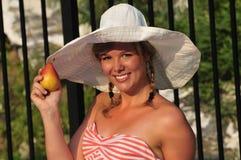 Muchacha adolescente que come una fruta del verano Imagen de archivo libre de regalías