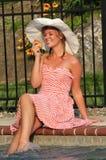 Muchacha adolescente que come una fruta del verano Imágenes de archivo libres de regalías