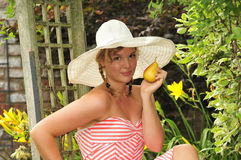 Muchacha adolescente que come una fruta del verano Fotografía de archivo libre de regalías