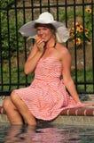 Muchacha adolescente que come una pera Fotos de archivo libres de regalías