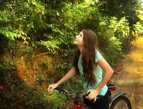 Muchacha adolescente que completa un ciclo a través de la colina de la selva de Vietnam Fotos de archivo libres de regalías