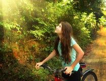 Muchacha adolescente que completa un ciclo a través de la colina de la selva de Vietnam Fotos de archivo