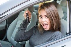 Muchacha adolescente que conduce el coche Fotografía de archivo libre de regalías