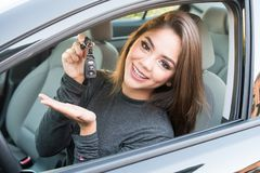 Muchacha adolescente que conduce el coche Imágenes de archivo libres de regalías