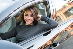 Muchacha adolescente que conduce el coche Imagen de archivo